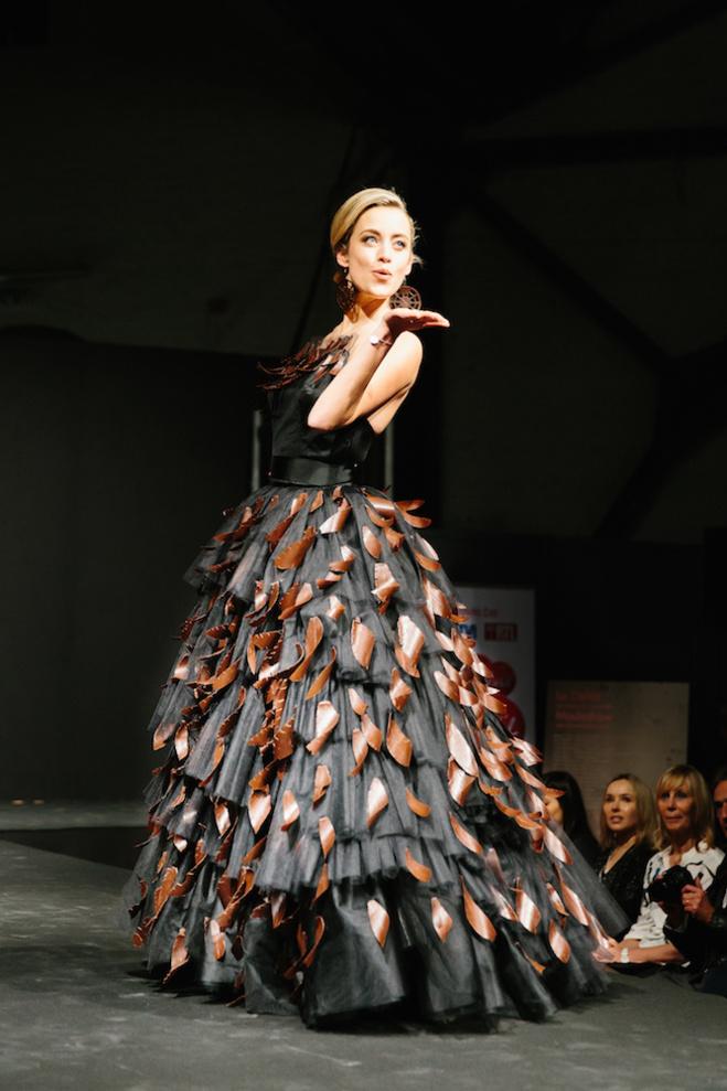Emilie Dupuis dans la robe en chocolat©Kevin Faingnaert