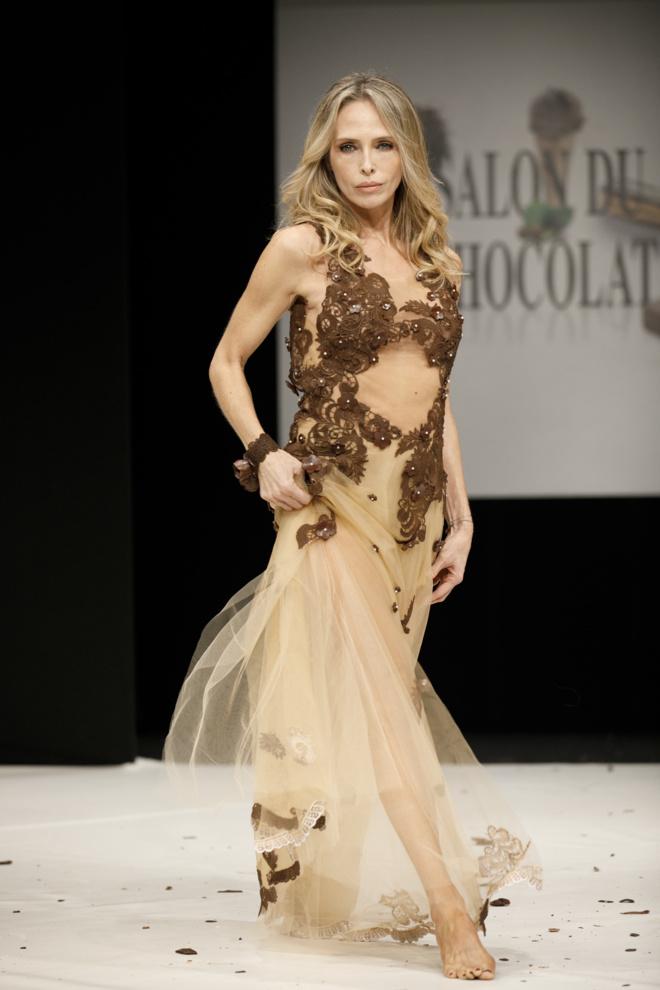 Robe réalisée par Hasnaâ et ELISE Martimort pour le Salon du Chocolat, portée par Tonya Kinzinger©