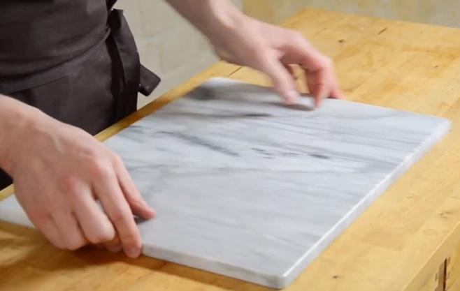 Ustensile : la plaque de marbre pour pâtisserie©ChocoClic.com