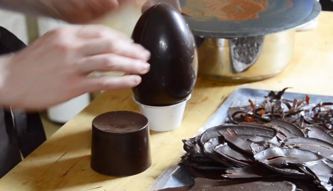 Comment monter un œuf en chocolat avec des décors flammes©ChocoClic.com