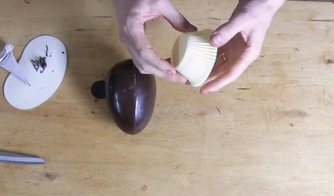 Le montage d'un œuf (coco) avec un bouton©ChocoClic.com
