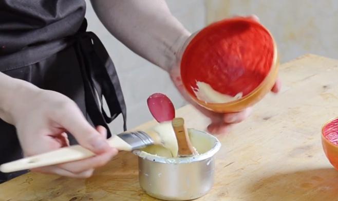 La fabrication d'une demi-sphère rouge et chocolat©ChocoClic.com