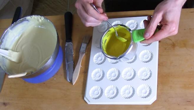 Les secrets de réalisation des fleurs Marguerites en chocolat blanc et jaune©ChocoClic.com