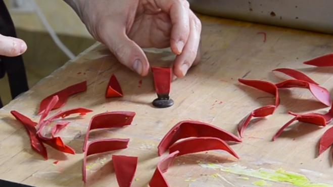 La technique de la fleur rouge en chocolat©ChocoClic.Com