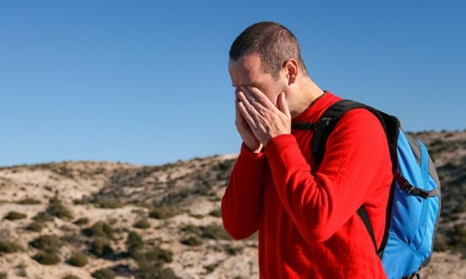 Homme subissant une migraine