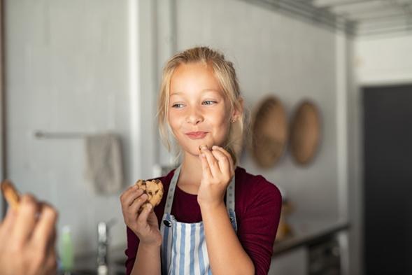 fille mangeant du chocolat coockie