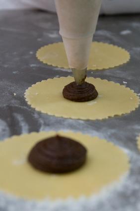Préparation de pâtisseries au chocolat©