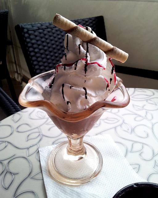 Glace au chocolat avec de la crème fouettée