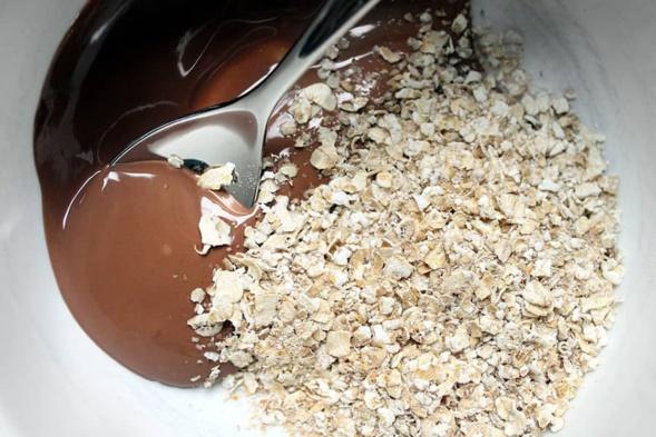 Avoine au chocolat végétalien et au beurre d'arachide pour la nuit: comme du pudding au petit-déjeuner