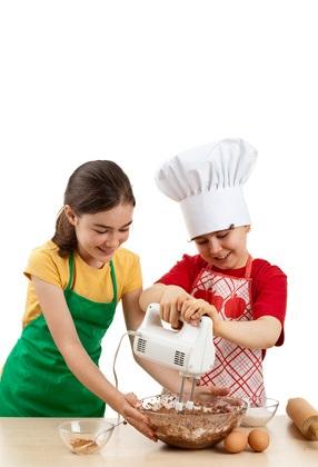 Enfants qui font un gâteau au chocolat©