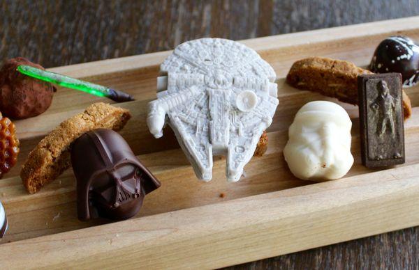 Le sabre laser, le casque de Darth Vador and le Millennium  Falcon en chocolat©