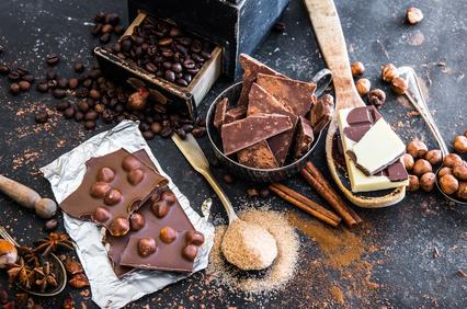 Barres de chocolat, fèves, sucre et noisettes©
