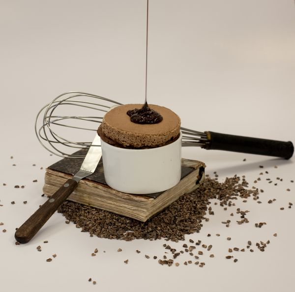 Soufflé au chocolat avec une sauce au caramel chaud par Roger Fok©