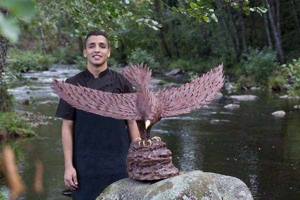 Hallil Makcharrade et son aigle en chocolat©Damien Bidaud Dartigane