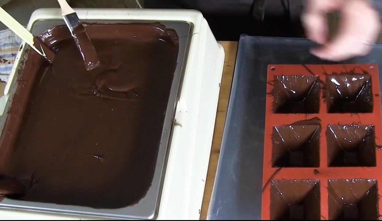 Utiliser un moule à chocolat en silicone facile à démouler©ChocoClic.com