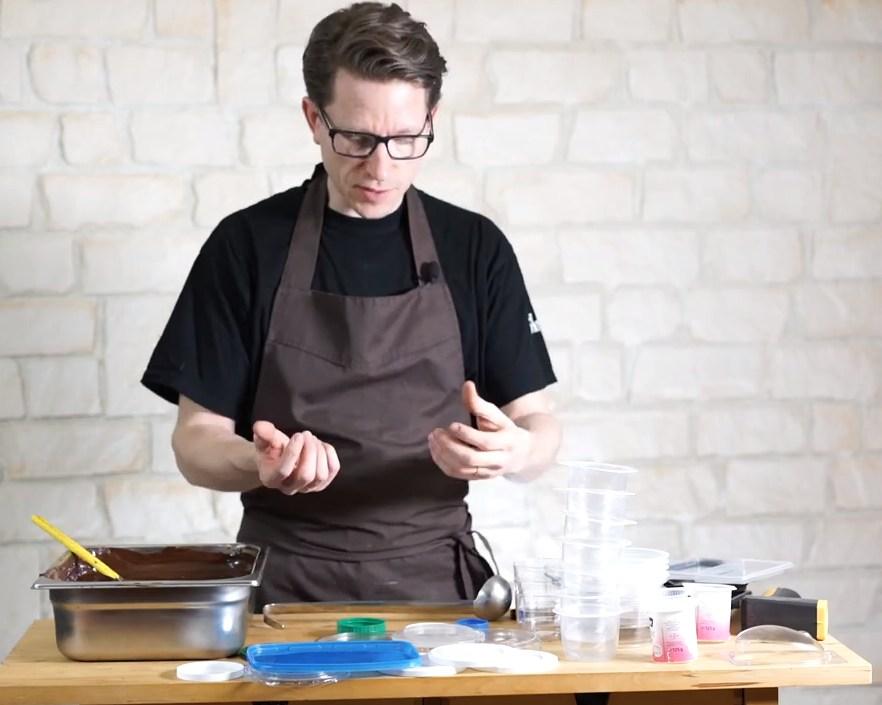 Décoration en chocolat: la méthode du pinceau sur les oeufs et poissons©ChocoClic.com