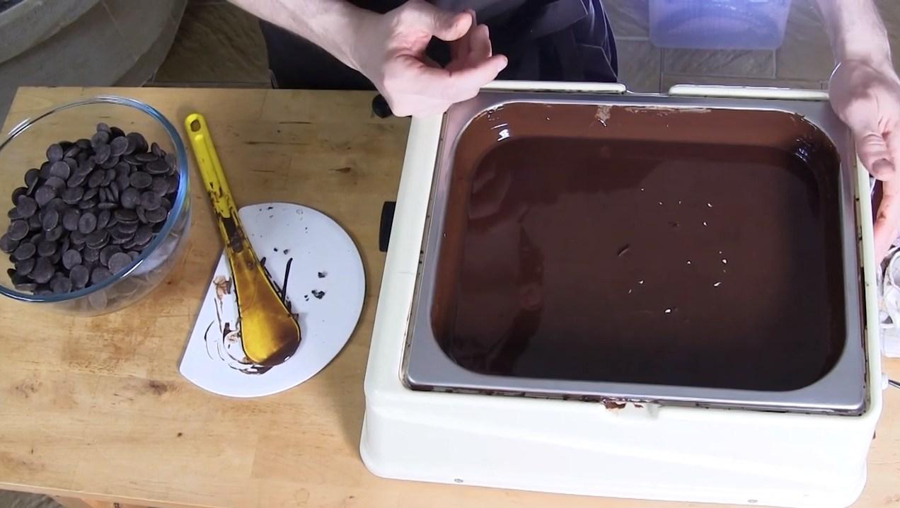 La méthode du tempérage du chocolat noir avec une tempéreuse à air©ChocoClic.com