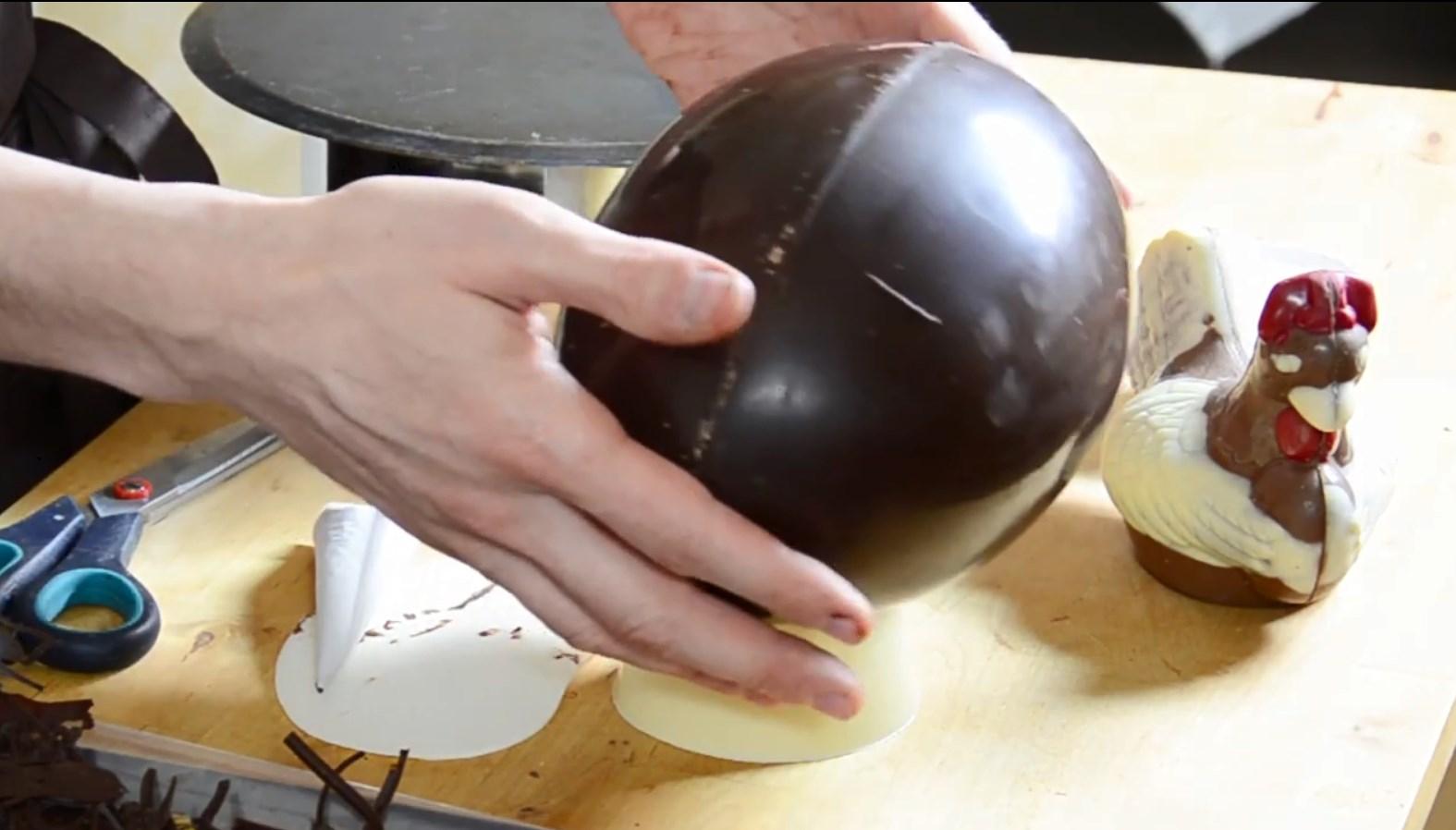 Le montage Complet d'une poule sur un méga œuf©ChocoClic.com