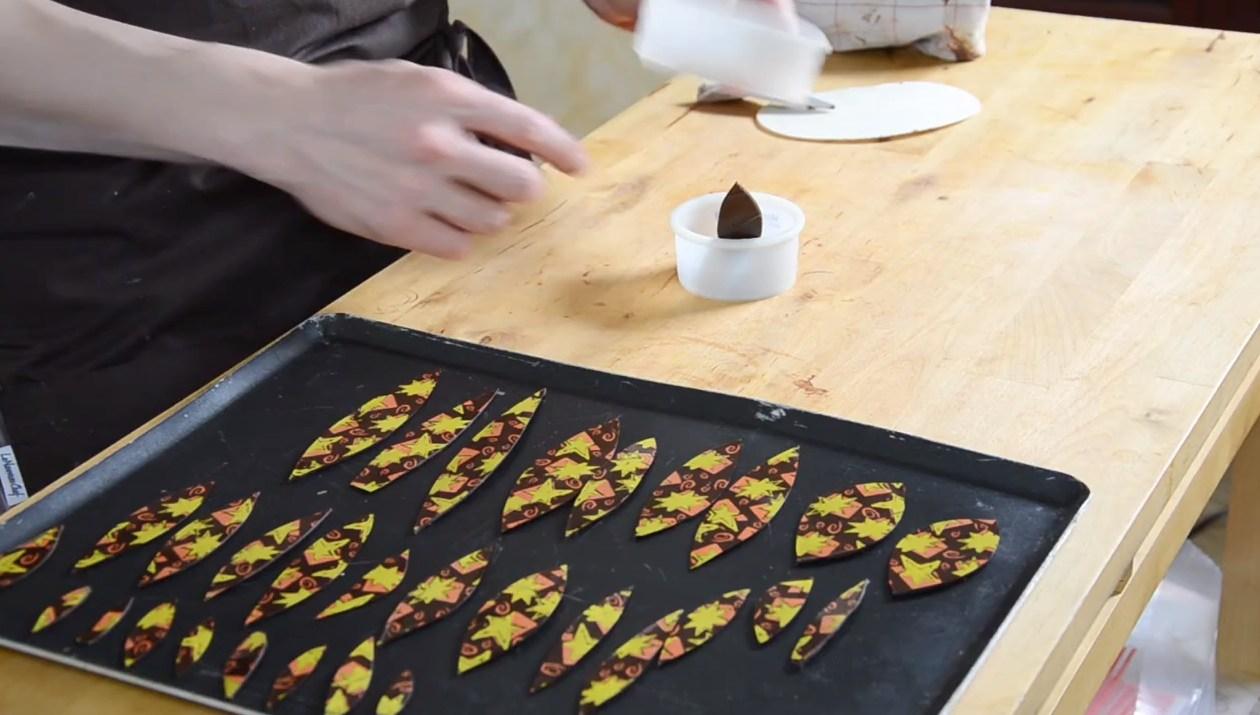 La Technique de l'emporte pièce avec fleur chocolat©ChocoClic.com