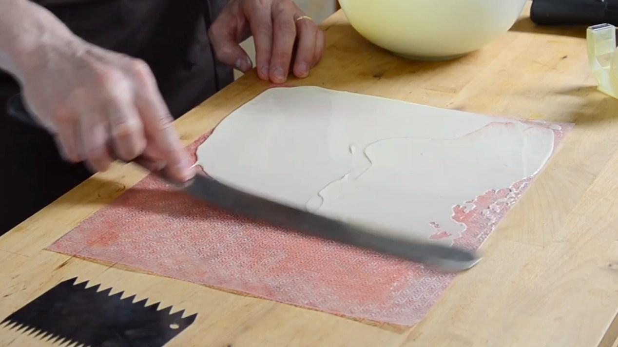 Technique rapide pour faire des boucles en chocolat blanc©ChocoClic.com