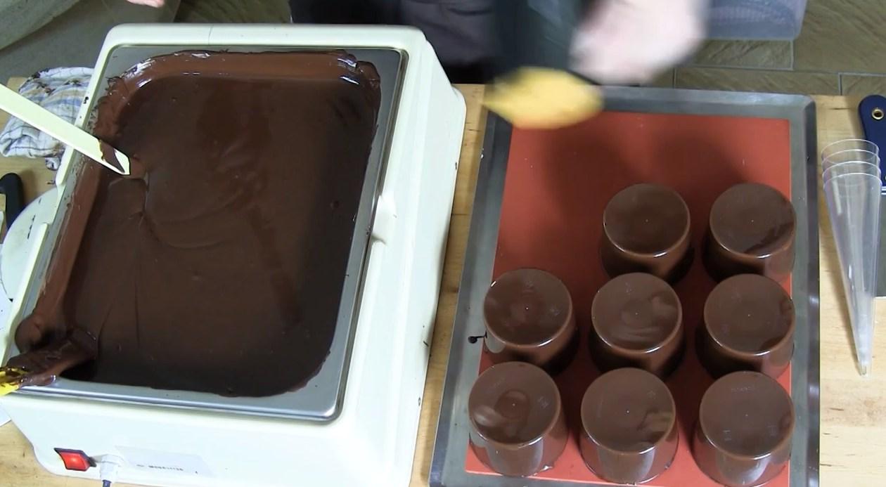 La méthode de la louche pour vos moulages chocolat©ChocoClic.com