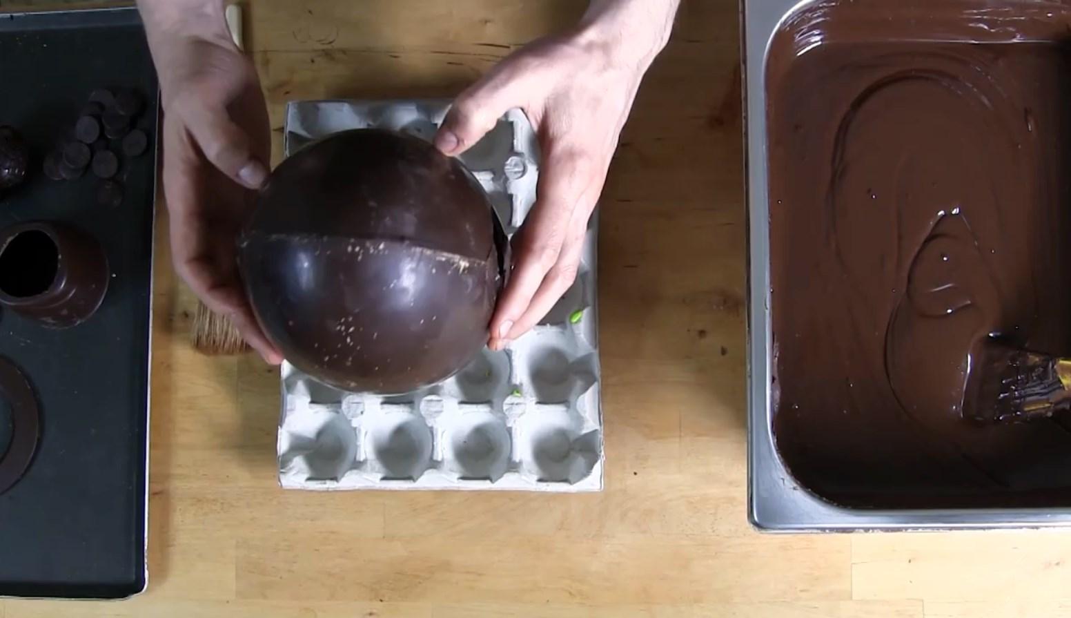 Le montage d'un œuf cassé SANS CASQUE©ChocoClic.Com