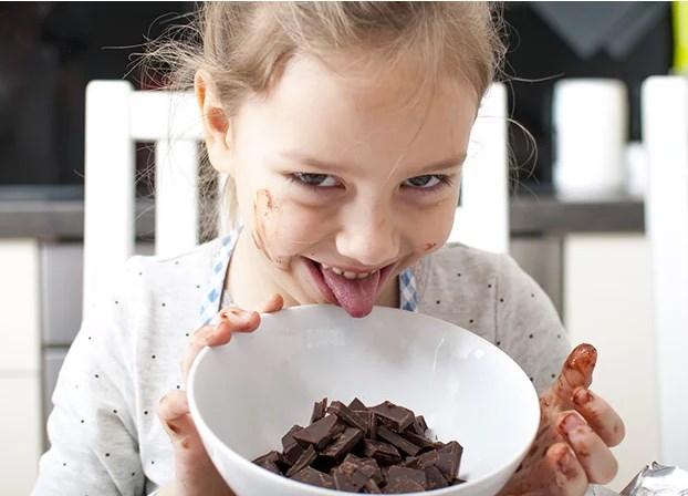 Enfant dégustant un chocolat