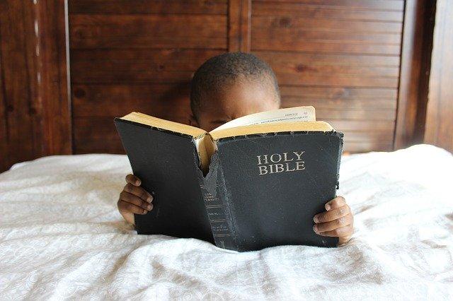 enfant lisant bible