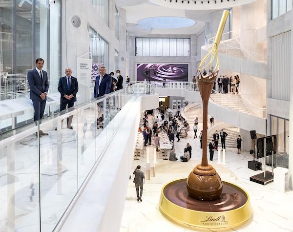 Levé de voile sur la spectaculaire fontaine de chocolat Lindt en présence de Roger Federer