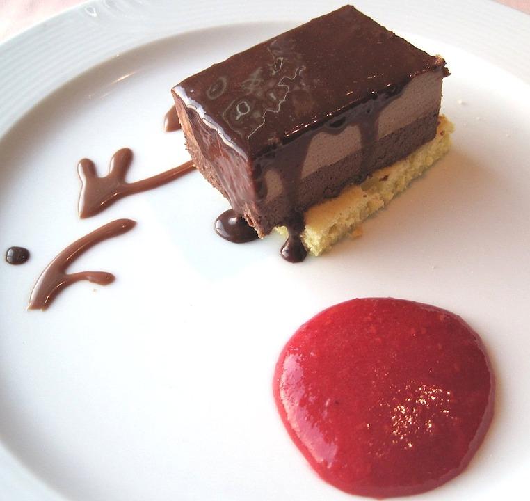 Gâteau mousse au chocolat avec coulis de cacao©