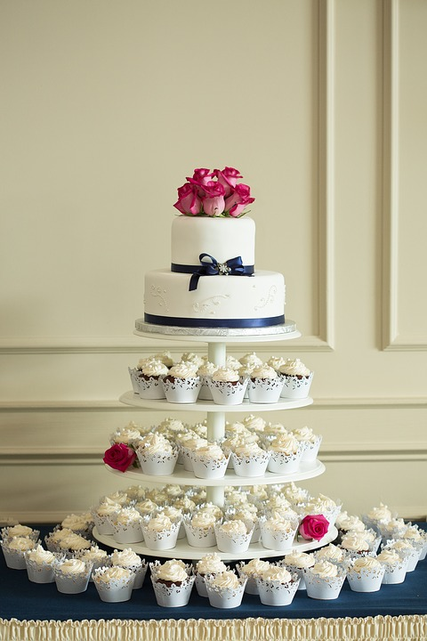 Gâteau de mariage et cupcake avec glaçage au chocolat blanc©