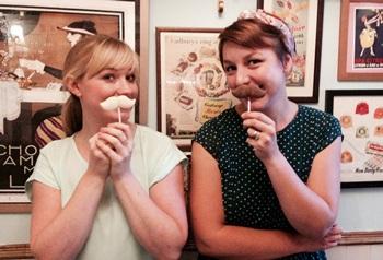 Kate (gauche) et Anne (droite) avec leur moustaches faites maison©
