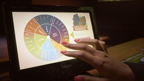 Les tablettes digitales pour guider la dégustation de chocolat au Monde du Chocolat d'Hershey© photo Hershey's Chocolate World