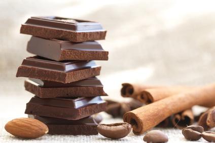 Carrés de chocolat, amandes et canelle©