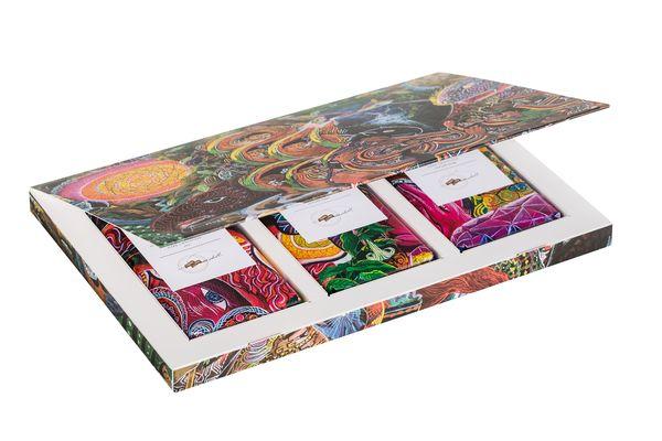 Charito Paima Mendoza, coffret de 3 tablettes de 100g haut de gamme, produites en édition limitée : Noir 58% / Noir 58% Orange Sanguine / Noir 58% Poivre© Choba Choba