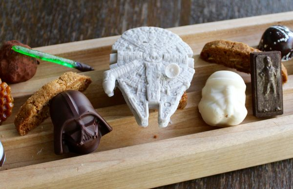 Le sabre laser, le casque de Darth Vador and le Millennium  Falcon en chocolat©