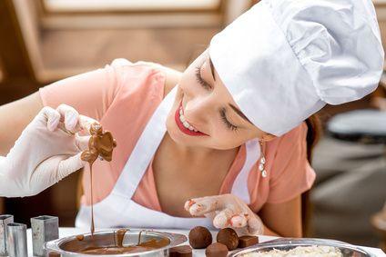 Préparation de bonbons au chocolat©