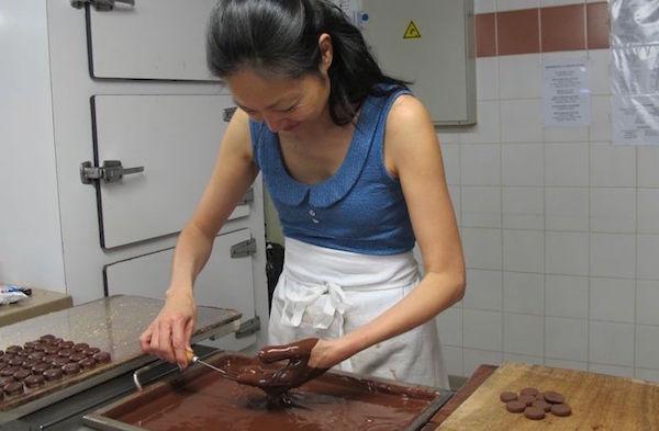 Eri Ikezi dans un atelier chocolat chez Bernachon©