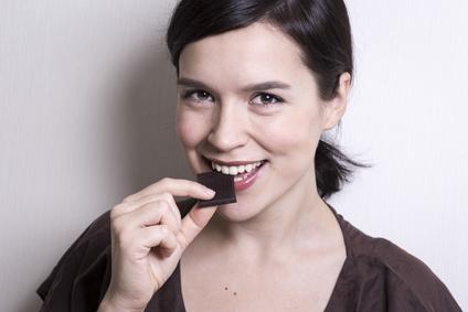 Femme qui mange du chocolat©