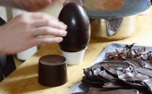 Comment monter un œuf en chocolat avec des décors flammes ?
