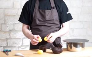 La réalisation d'une pièce en chocolat avec des œufs en chocolat jaune