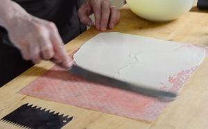 Technique rapide pour faire des boucles en chocolat blanc