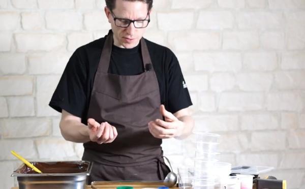 Décoration en chocolat: la méthode du pinceau sur les œufs et poissons