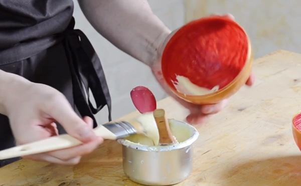 La fabrication d'une demi-sphère rouge et chocolat