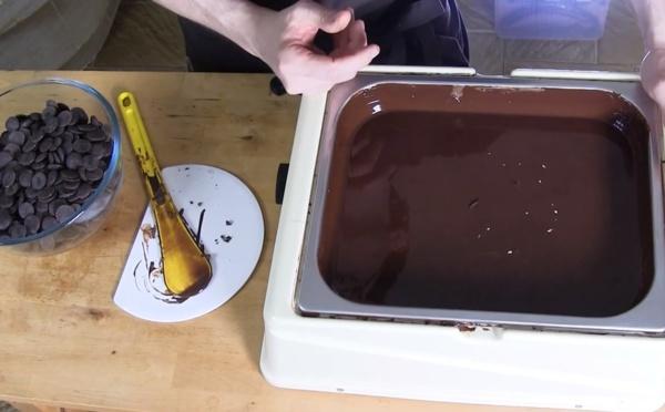 La méthode du tempérage du chocolat noir avec une tempéreuse à air