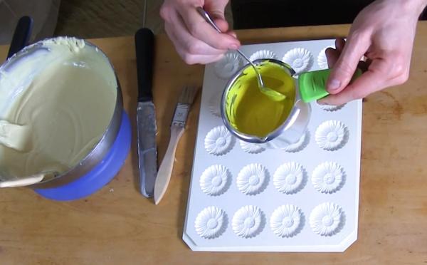 Les secrets de réalisation des fleurs Marguerites en chocolat blanc et jaune