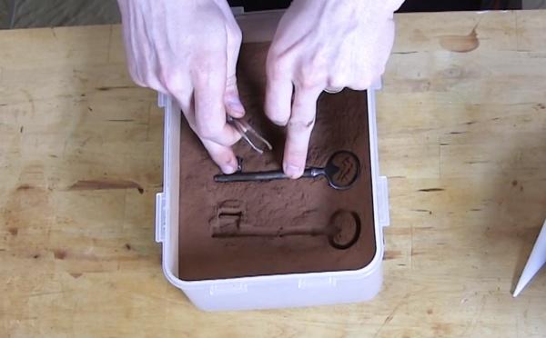 Réaliser l'effet vieilli chocolat avec une clé ancienne