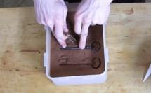 Réaliser l'effet vieilli chocolat avec une clé ancienne©ChocoClic.com