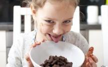Enfant dégustant un chocolat©