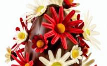 Un bel œuf de Pâques 2020 installé sous le signe du printemps et des fleurs.